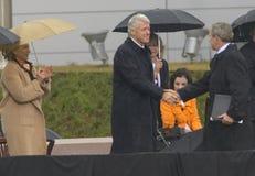 Бывший президент США Bill Clinton трястиет руки с президентом Джордж Буш во время грандиозной церемонии открытия центра J Буш во  Стоковое Изображение