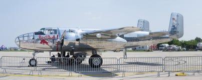 Быки B-25 Митчел летания на СМЕЩЕНИИ 2013 стоковые фото