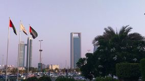 Былинный взгляд башен города Абу-Даби - мол Марины - Объединенные эмираты сигнализирует акции видеоматериалы