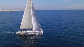 Былинный отснятый видеоматериал трутня яхты гонок или saiboat видеоматериал