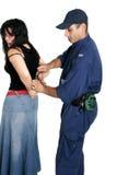 был надеванным наручники подозреваемым похитителем стоковое фото