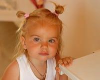 Был реальным cutie Небольшая девушка с ponytails плюшки Стиль причесок небольшой носки ребенка смешной прелестные белокурые волос стоковые фото