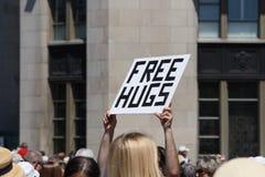 был свободно, котор держат hugs подпишите вверх стоковая фотография