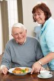 был служят старшием еды человека человек, осуществляющий уход, котор Стоковое Фото