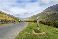 Быстрая дорога велосипедистов и холмистый ландшафт Стоковые Фото