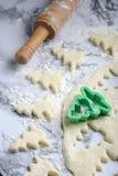 Быстрая печь печень рождества с формой помощи стоковые изображения