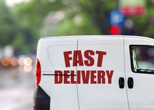 Быстрая поставка, фургон на улице города Стоковое Изображение RF