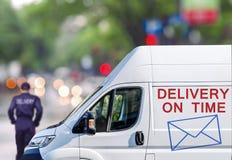 Быстрая поставка, фургон на улице города blured предпосылка bokeh Стоковое Фото