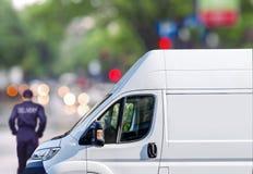 Быстрая поставка, фургон на улице города blured предпосылка bokeh Стоковая Фотография RF