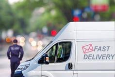 Быстрая поставка, фургон на улице города blured предпосылка bokeh Стоковое Изображение RF