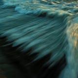 Быстрая текущая вода в долгой выдержке для фото предпосылки и крышки - сини Стоковое Изображение