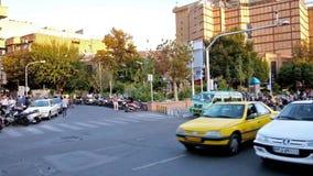 Быстрое движение вдоль бульвара Ferdowsi в Тегеране видеоматериал