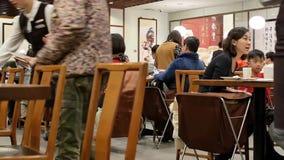 Быстрое движение еды сервировки работника для клиента внутри ресторана