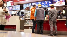 Быстрое движение людей line up для приказывая еды сток-видео