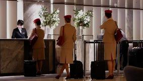 Быстрое движение людей line up для того чтобы проверить внутри для комнаты в гостинице на счетчике приема