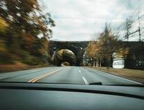 Быстрое движение от внутренности перспективы автомобиля стоковое фото rf