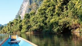 Быстрое отключение лодки с скалистыми горами в замедленном движении предпосылки видеоматериал