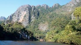 Быстрое отключение лодки с скалистыми горами в замедленном движении предпосылки акции видеоматериалы