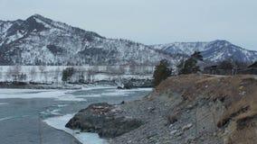 Быстрое река горы в зиме Тускловатые день/вечер Эмоциональная девушка акции видеоматериалы