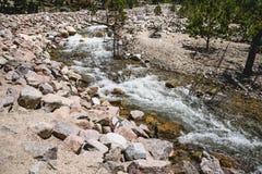 Быстрое река горы в скалистых горах Стоковое фото RF