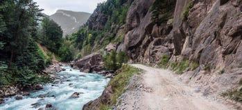 Быстрое река горы и красная скала Стоковое Фото