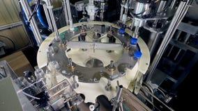 Быстроподвижная линия мастерской молока разливая по бутылкам видеоматериал