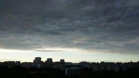 Быстроподвижные облака в городе сток-видео