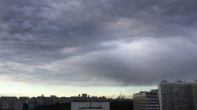Быстроподвижные облака в городе акции видеоматериалы