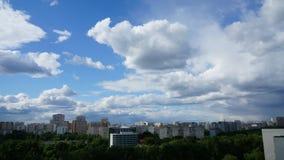 Быстроподвижные облака в городе видеоматериал