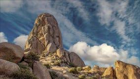Быстроподвижные облака за горной породой пустыни видеоматериал
