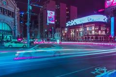 Быстроподвижный автомобиль на улице с запачканными светлыми следами стоковое изображение