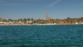 Быстроходный катер движения на голубом красивом море летом на солнечный день Против фона пальм и курорта акции видеоматериалы