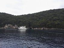 Быстроходный катер, море и гора, Kavos, Греция Стоковые Фотографии RF