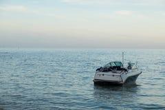 Быстроходный катер на пляже Стоковая Фотография