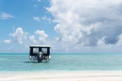 Быстроходный катер на прозрачной воде океана в Мальдивах Стоковая Фотография