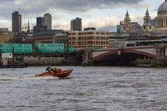 Быстроходный катер на Темзе Стоковое фото RF