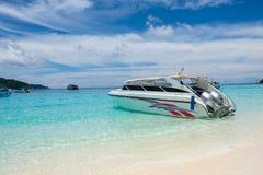 Быстроходный катер поставленный на якорь на тропическом пляже Стоковое Фото
