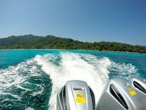Быстроходный катер при 3 двигателя плавая назад для того чтобы подпирать быстро tha Стоковые Фото