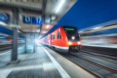 Быстроходный поезд в движении на железнодорожном вокзале на ноче Стоковая Фотография RF