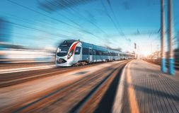 Быстроходный поезд в движении на железнодорожном вокзале Стоковая Фотография RF