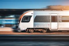 Быстроходный поезд в движении на железнодорожном вокзале Стоковое фото RF