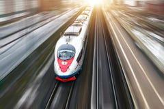 Быстроходный поезд Sapsan едет на Москв-St Петербурге трассы Январь 2018 стоковая фотография rf