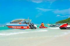 Быстроходные катера, jetski и турист на пляже Стоковые Изображения