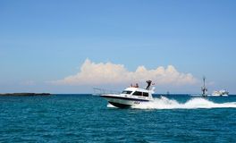 Быстроходный катер бежать на море в острове Lombok, Индонезии Стоковые Изображения
