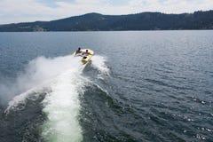 Быстроходный катер возглавляя вне в озеро Стоковая Фотография