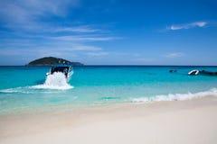 Быстроходный катер в голубом море Стоковые Изображения