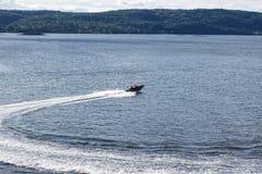 Быстроходный катер в фьорде Осло Стоковые Изображения