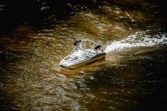 Быстроходный катер дистанционного управления в воде Стоковые Изображения