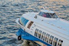Быстроходный катер метеора плавает на Neva Стоковое Изображение
