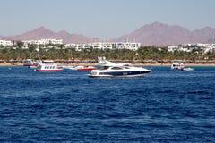 Быстроходный катер на береге моря Стоковые Изображения